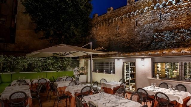 Roman cuisine Romolo Alla Mole Adriana restaurant