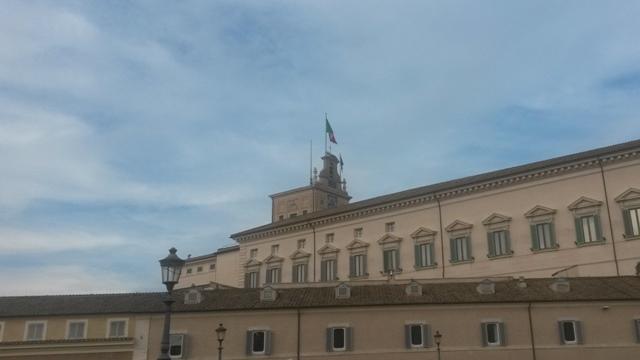 Bandiere sull'edificio del Quirinale