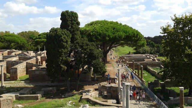 Turisti a Ostia Antica