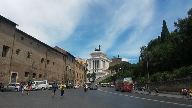 Via del Teatro Marcello dietro l'Altare della Patria